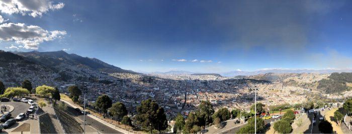 Quito liegt in einem Andental auf über 2800 m und ist damit die höchstgelegene Hauptstadt der Welt