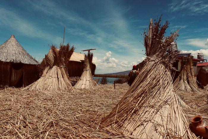 Im Titicacasee legen die Uros Inseln aus Schilf an