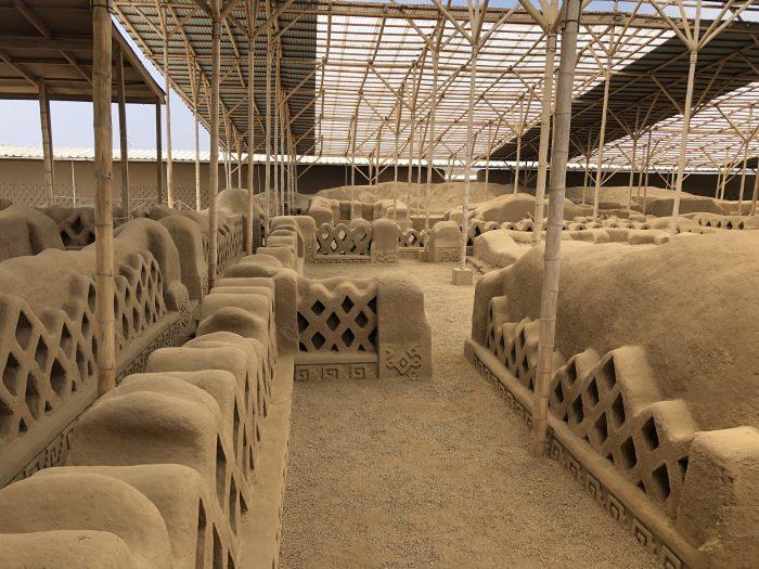 Ruinen einer Palastanlage in Chan Chan (das Dach wurde nachträglich eingefügt)